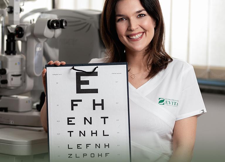Lekarz ztablicą okulistyczną