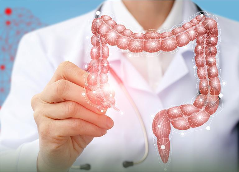 Proktolog wskazujący chorobę odbytnicy namodelu anatomicznym